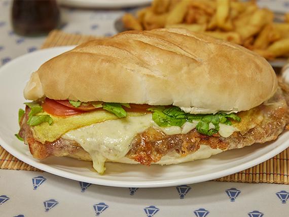 Super sándwich de milanesa completa con papas fritas