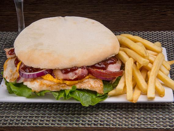 Sándwich de pollo bacon con papas fritas