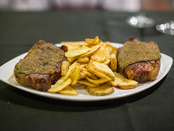 Bife de chorizo con crocante de chimichurri y papas rústicas
