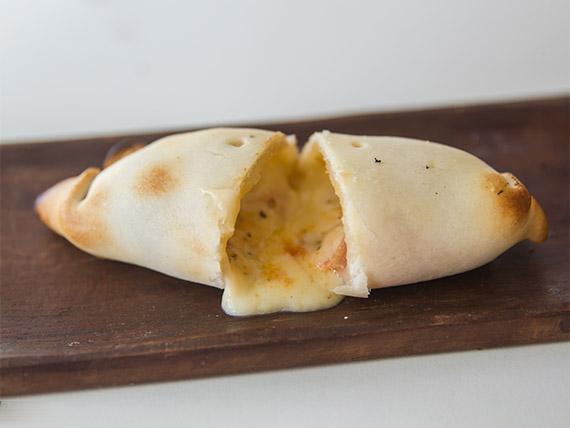 Empanada de tomate, queso, albahaca