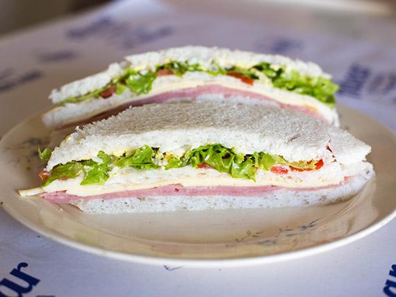 Sándwich triple de jamón cocido, queso, lechuga, tomate y huevo