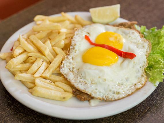 Milanesa de ternera con guarnición de papas fritas y 2 huevos fritos