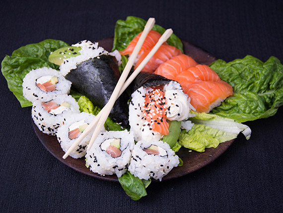 Promo 4 - Temaki de salmón (2 piezas) + nigiris de salmón (5 piezas) + New York Phila roll (5 piezas)