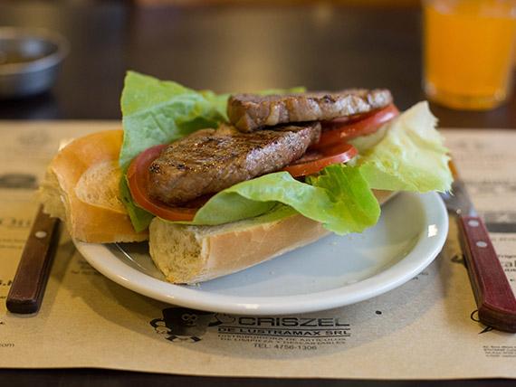 Sándwich de bondiola con lechuga y tomate