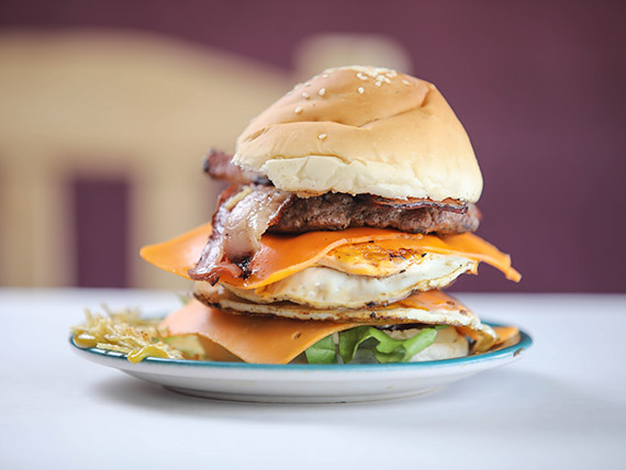Hamburguesa casera Don Mastra doble carne con papas fritas