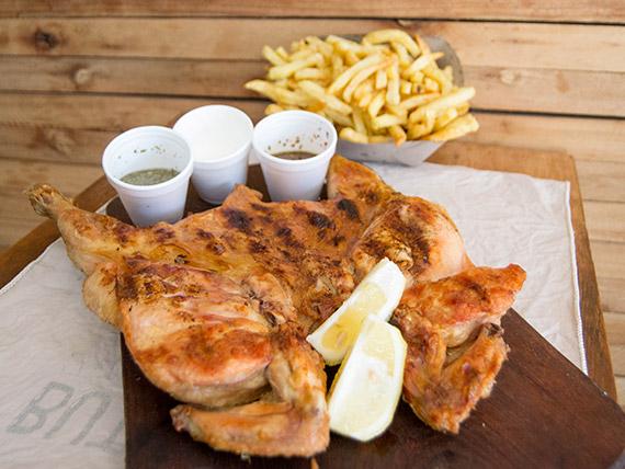 Pollo a la leña con papas fritas o ensalada