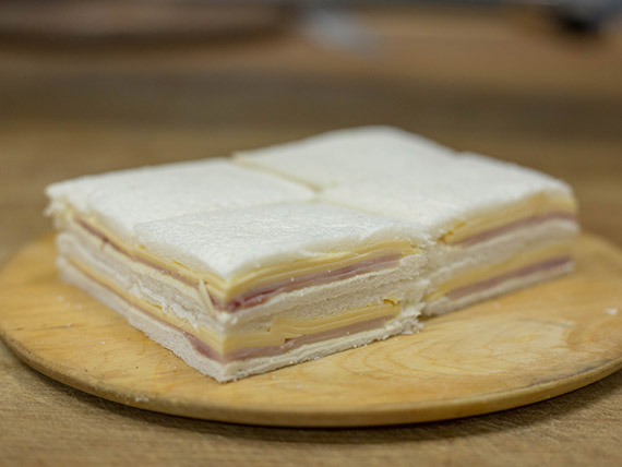 Sándwiches mixtos de jamón cocido, queso y mayonesa (8 unidades)