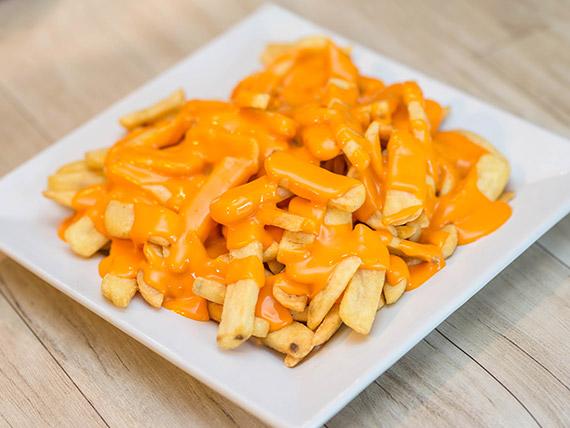 Papas fritas rústicas con salsa
