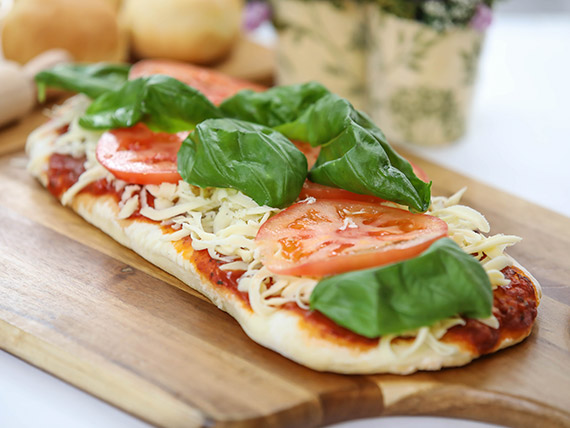 Pizzeta muzzarella con tomate fresco y albahaca