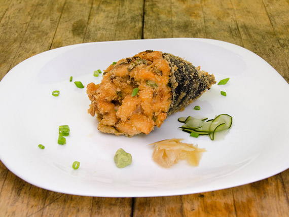 156 - Temaki hot salmão empanado