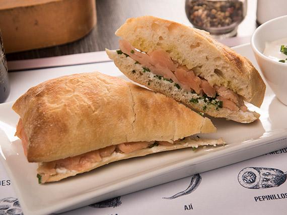 Sándwich de salmón ahumado en pan ciabatta
