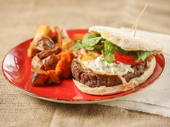 ¡Nueva! Hamburguesa de carne con queso de cabra, doble bacon, pepinillo, salsa  barbacoa, cebolla caramelizada, huevo y rúcula