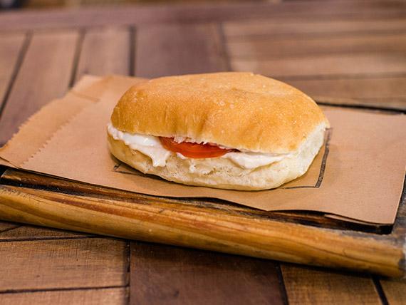 Sándwich en pan especial de atún, tomate, huevo y aceitunas