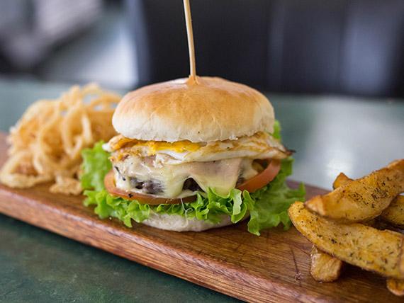 Promo 6 - 2 hamburguesas súper completas + papas rústicas y aros de cebolla + gaseosa 1.5 L