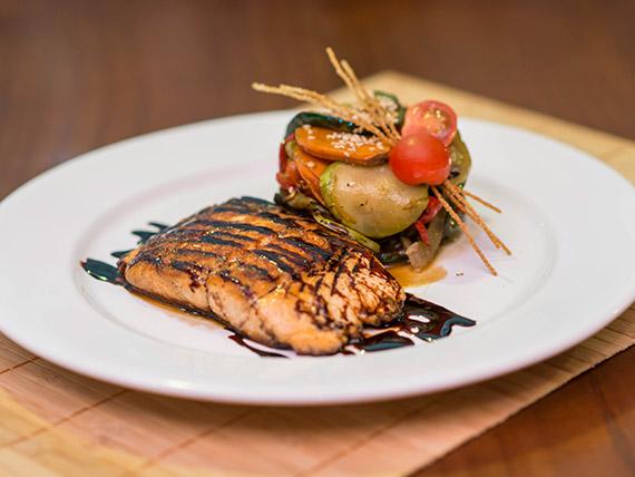 Salmón con salsa teriyaki y verduras grilladas