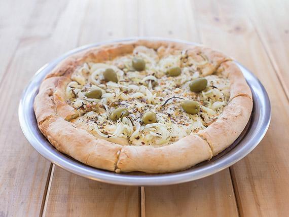 Fugazzeta con borde relleno de queso muzzarella y cebolla
