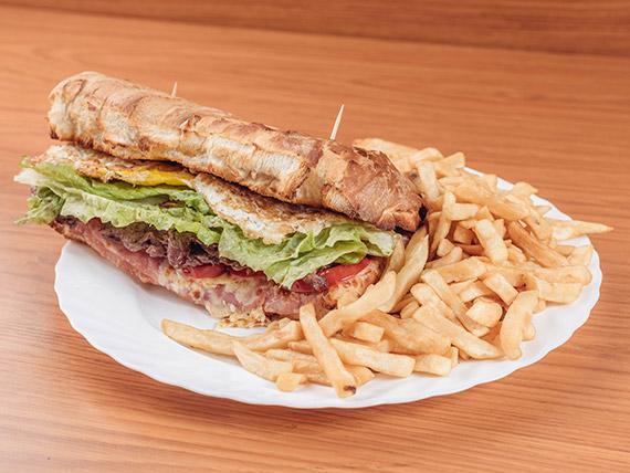 Sándwich de lomo King con papas fritas