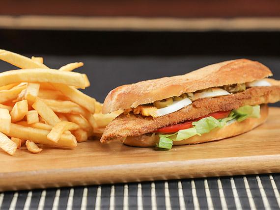 Sándwich vegetal con papas fritas