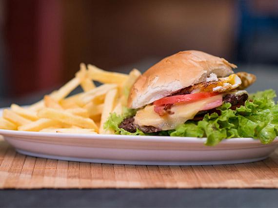 Hamburguesa casera completa al pan con papas fritas