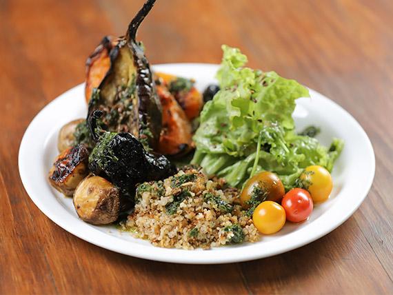 Menu vegano - Vegetales al horno trigo burgol y vegetales frescos