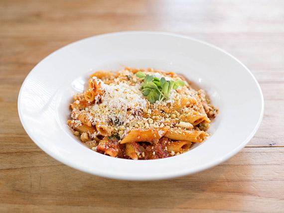 Penne rigate italiano con tomate ymigas provenzal