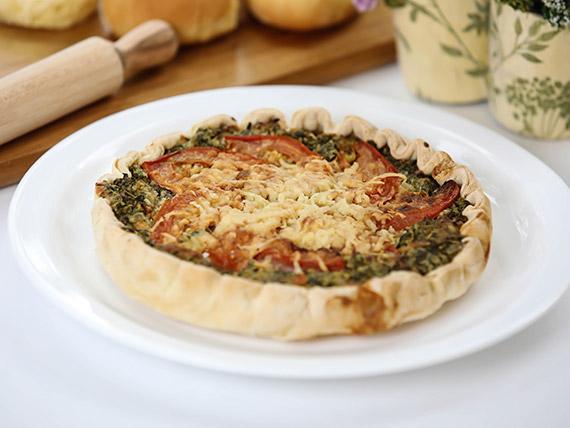 Tarta de espinaca, tomate, cebolla y queso parmesano