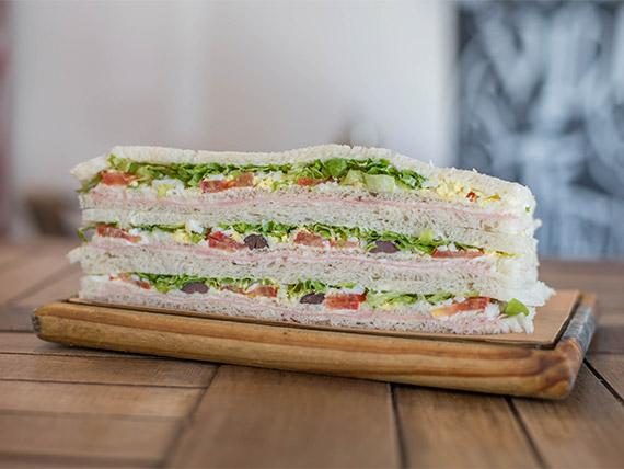 Sándwich de jamón cocido con verduras