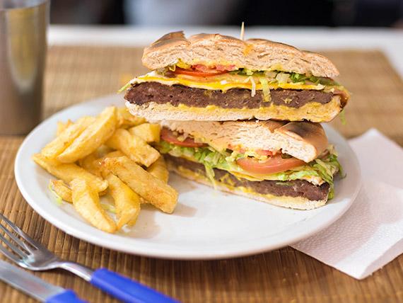 Sándwich de hamburguesa especial con papas fritas