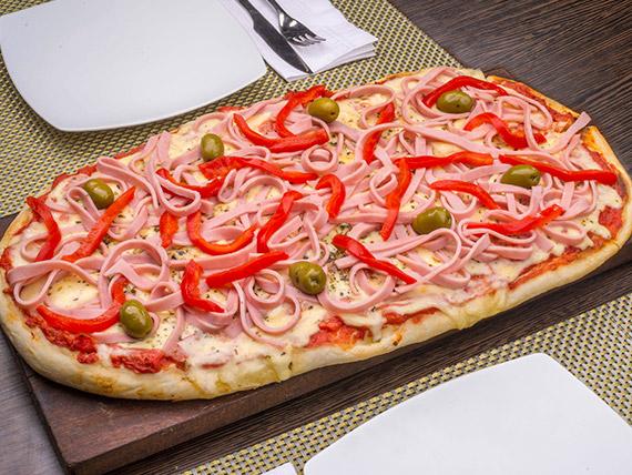 Pizza con jamón cocido y morrones