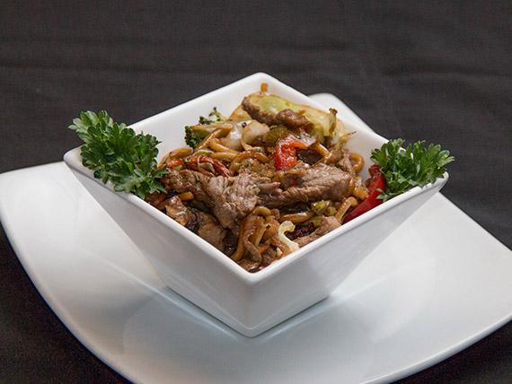 Yakissoba de filé com legumes