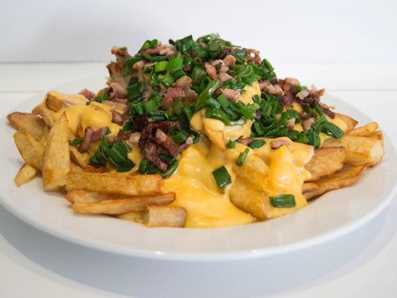 Papas fritas clásicas con cheddar, panceta y verdeo