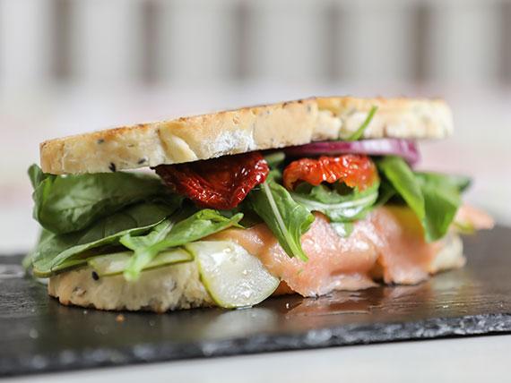 Sándwich de salmón ahumado con pepino